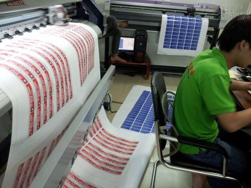 In decal dán số lượng lớn đang được in trực tiếp trên máy in Nhật Bản với công nghệ in phun kỹ thuật số tại In Kỹ Thuật Số