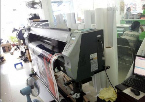 InKyThuatSo in Decal bằng máy in công nghệ mới được nhập khẩu từ Nhật Bản, ử dụng công nghệ mắt thần chuyên nghiệp cho bản in đẹp nhất, sắc nét.
