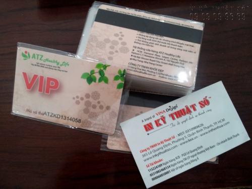 Với kích thước nhỏ gọn, tiêu chuẩn quốc tế, độ bền cao cùng với tính di động đã giúp thẻ nhựa trở thành sự lựa chọn cho nhiều công ty, doanh nghiệp khẳng định thương hiệu - thẻ nhựa làm thẻ VIP cho ATZ  Healthy Life do In Kỹ Thuật Số thiết kế và gia công.