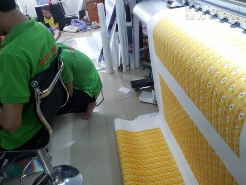 Nhân viên đang tiến hành gia công giai đoạn cuối cùng trước khi hoàn thành sản phẩm in decal dán