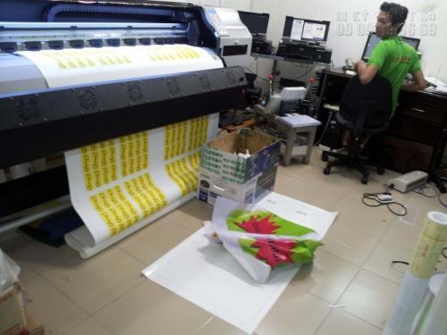 Tiến hành in tem vỡ giá rẻ bằng máy in nhập khẩu từ Nhật Bản cho bản in sắc nét, ấn tượng, in nhanh chóng tại xưởng InKyThuatSo