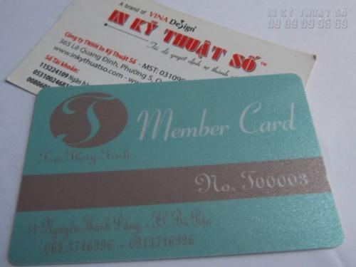 Báo giá in thẻ nhựa nhanh chóng khi bạn gửi yêu cầu đặt in thẻ nhựa về cho InKyThuatSo. In thẻ nhựa thành viên cao cấp trên chất liệu PVC ánh kim siêu đẹp