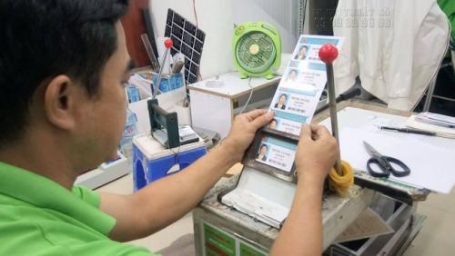 Nhân viên InKyThuatSo đang trực tiếp gia công thẻ nhựa nhân viên cho khách hàng