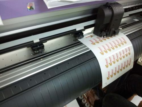 Bế tem dán sản phẩm bằng máy gia công Mimaki chuyên nghiệp, bế chính xác theo đường viền con tem, đảm bảo đúng yêu cầu khắt khe từ bạn