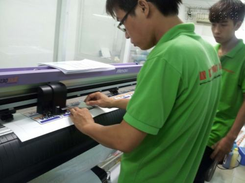 Nhân viên InKyThuatSo đang giám sát khâu gia công bế tem decal nhựa cho khách hàng trên máy bế Mimaki