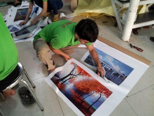 Nhân viên tại Xưởng In Tranh Phẳng công ty In Kỹ Thuật Số tỉ mỉ trong từng khâu thành phẩm, đảm bảo những bức tranh hoàn chỉnh trước khi đến tay khách hàng