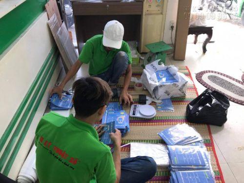 Nhân viên tại xưởng in tờ rơi số lượng lớn của công ty In Kỹ Thuật Số hoàn thành khâu kiểm tra số lượng và chất lượng trước khi đóng gói giao cho khách hàng