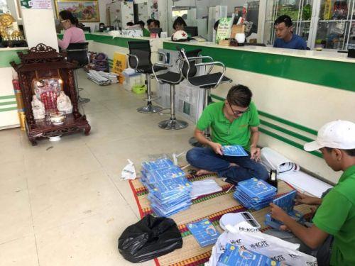 Nhân viên tại xưởng in tờ rơi offset HCM của công ty In Kỹ Thuật Số hoàn thành khâu kiểm tra số lượng và chất lượng trước khi đóng gói giao cho khách hàng