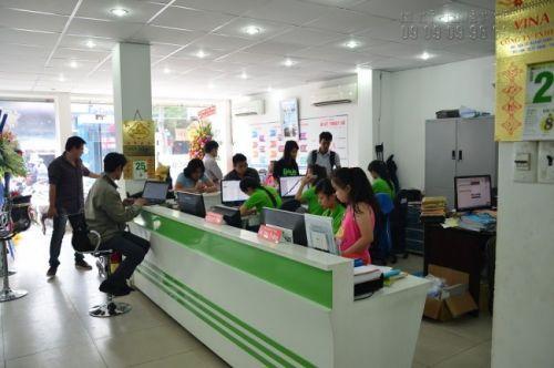 Nhân viên kinh doanh hỗ trợ khách hàng đặt hàng in ấn
