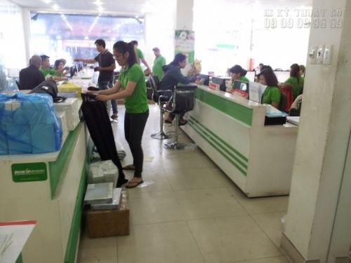 Nhân viên kinh doanh kiểm tra đơn hàng giao khách