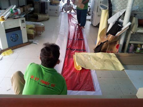 Hỗ trợ nhân viên gia công hoàn thiện thành phẩm in hiflex khổ lớn