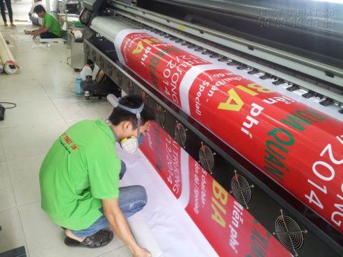 Nhân viên vận hành máy in hiflex khổ lớn tại In Kỹ Thuật Số