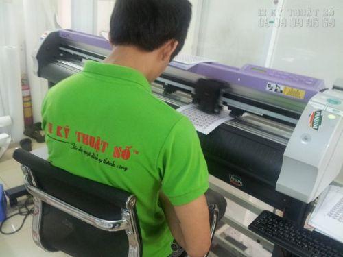 Nhân viên giám sát tem nhãn bế bằng máy bế hiện đại của Nhật