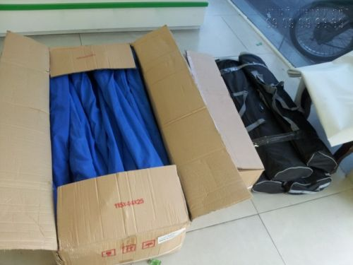 Đơn hàng in poster số lượng lớn, lắp sẵn vào banner cuốn đang đóng thùng carton để giao khách hàng tại In Kỹ Thuật Số