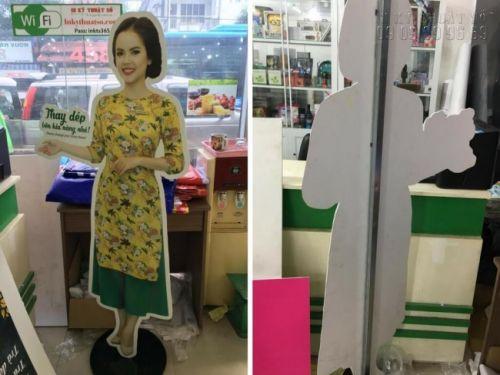 Mô hình nhân viên quảng cáo cho shop giày đón khách