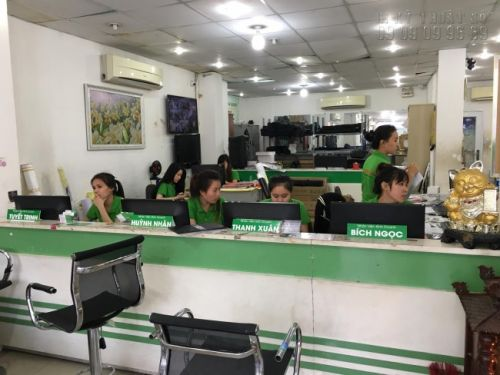 Nhân viên kinh doanh hỗ trợ khách hàng đặt in formex tại In Kỹ Thuật Số