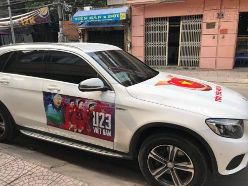 Chiếc xe Mercedes Benz đã dán xong tem decal, sẵn sàng đi cổ vũ bóng đá
