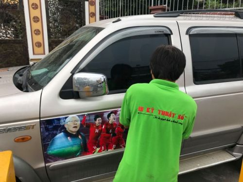 Thợ gia công dán decal tem xe cổ vũ bóng đá