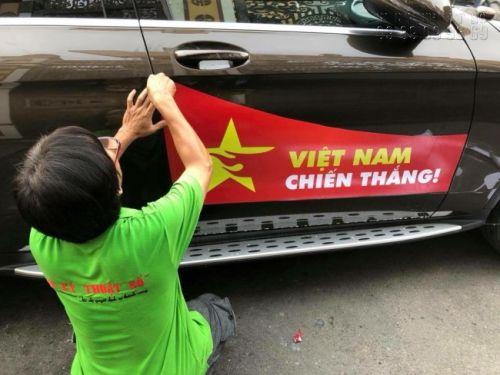 Thợ gia công In Kỹ Thuật Số thi công dán decal vào sườn xe ô tô