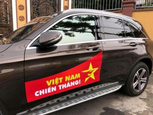 Sườn xe ô tô đã hoàn thành tem dán sườn xe ô tô chủ đề cổ động bóng đá