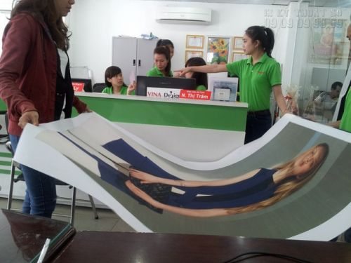 In tranh canvas khổ lớn treo trang trí cho showroom thời trang