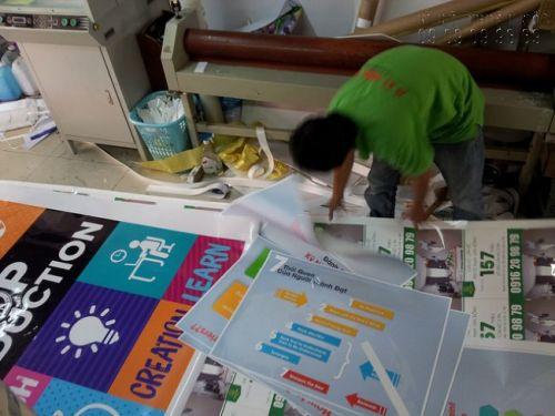 In banner PP - nhân viên gia công cắt thành phẩm in banner
