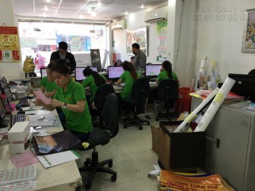 Nhân viên chăm sóc khách hàng hỗ trợ khách đặt in brochure tại trung tâm in ấn In Kỹ Thuật Số