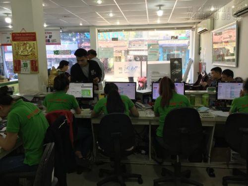 Nhân viên kinh doanh tại In Kỹ Thuật Số hỗ trợ khách hàng đặt in áo thun kỹ thuật số tại TPHCM