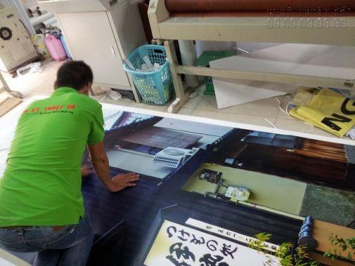 Khâu gia công cán màng mờ cho background PP - loại background trong nhà, sử dụng trang trí trong thời gian dài