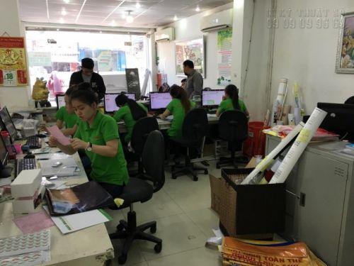 Nhân viên chăm sóc khách hàng In Kỹ Thuật Số hỗ trợ khách hàng đặt in menu quán ăn ngay tại văn phòng công ty