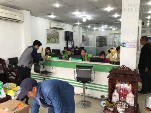 Nhân viên chăm sóc khách hàng In Kỹ Thuật Số hỗ trợ khách hàng đặt in menu quán cafe ngay tại văn phòng công ty