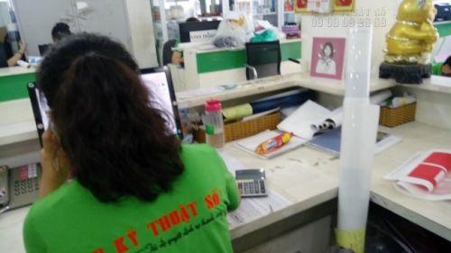 Nhân viên chăm sóc khách hàng tại In Kỹ Thuật Số - hỗ trợ báo giá in bao thư nhanh chỉ sau 5 phút