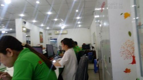 Đội ngũ nhân viên thiết kế hỗ trợ khách hàng lên mẫu in thẻ nhựa theo yêu cầu