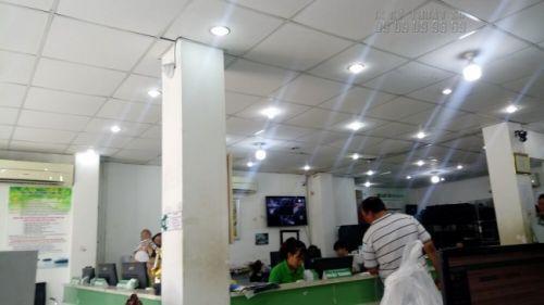 Nhân viên hỗ trợ khách hàng trực tiếp đến In Kỹ Thuật Số đặt dịch vụ in ấn