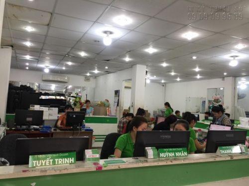 Nhân viên kinh doanh hỗ trợ báo giá in giấy ảnh giá rẻ tại TPHCM