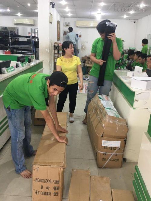 Hàng in poster số lượng lớn được đóng hàng cần thận khi giao cho khách hàng