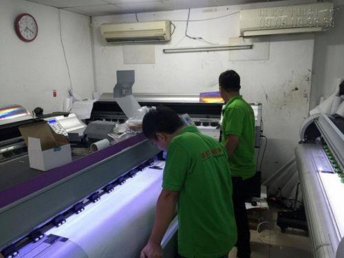 Nhân viên In Kỹ Thuật Số vận hành máy in UV