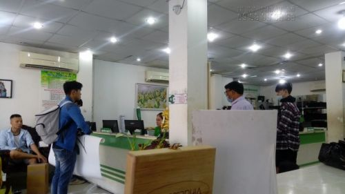 Khách hàng tại In Kỹ Thuật Số kiểm tra hàng in khi đến nhận hàng