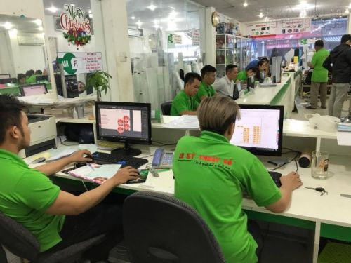 Các nhân viên thiết kế in ấn, thiết kế background tại In Kỹ Thuật Số