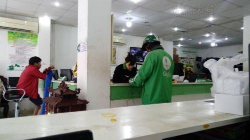 Nhân viên kinh doanh In Kỹ Thuật Số hỗ trợ giao nhận hàng cho khách từ xa qua các dịch vụ hỗ trợ giao nhận ngoài