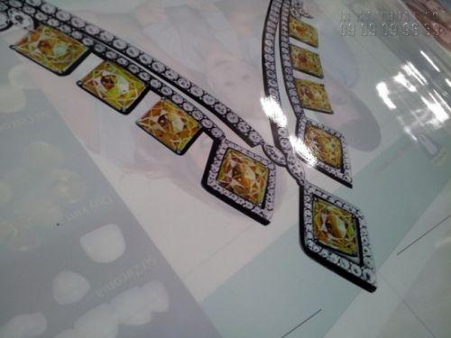 In backlit film làm phông nền quảng cáo cho showroom trang sức cao cấp