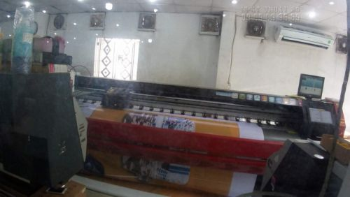 Dàn máy in kỹ thuật số khổ lớn của In Kỹ Thuật Số được đặt ngay bên cạnh văn phòng in ấn - bạn quan sát đơn hàng chạy qua phòng kính