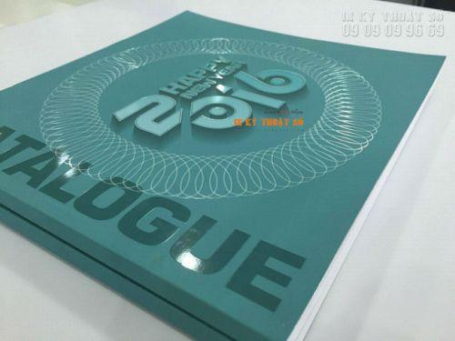 In catalogue phủ UV định hình với phần chữ và họa tiết được phủ UV