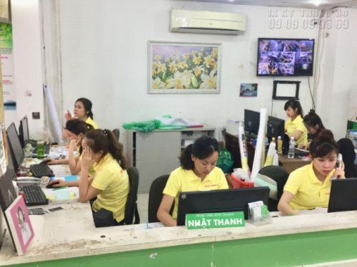 Nhân viên kinh doanh tại In Kỹ Thuật Số hỗ trợ báo giá in tạp dề giá rẻ, in tạp dề đồng phục tại TPHCM