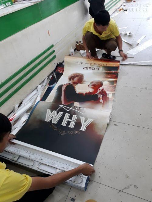 In poster giá rẻ TPHCM tại In Kỹ Thuật Số - nhân viên gia công lắp poster vào banner cuốn, giá cuốn