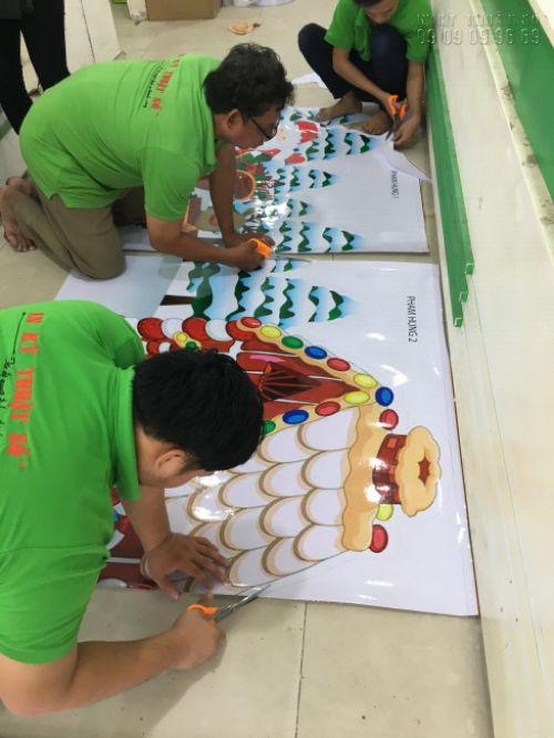 Nhân viên gia công In Kỹ Thuật Số cắt thành phẩm in trang trí decal dán tường