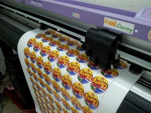 Trong hình là máy bế Nhật Bản đang bế theo đường viền tem tròn dán nhãn hộp trái Cherry