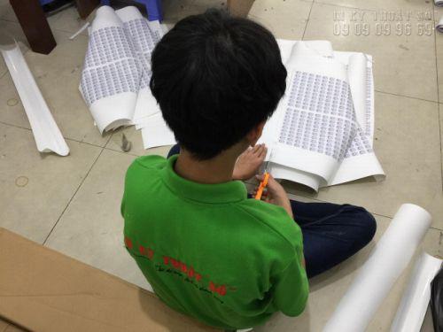 Nhân viên gia công In Kỹ Thuật Số cắt thành phẩm in tem nhãn thành tấm nhỏ dễ sử dụng