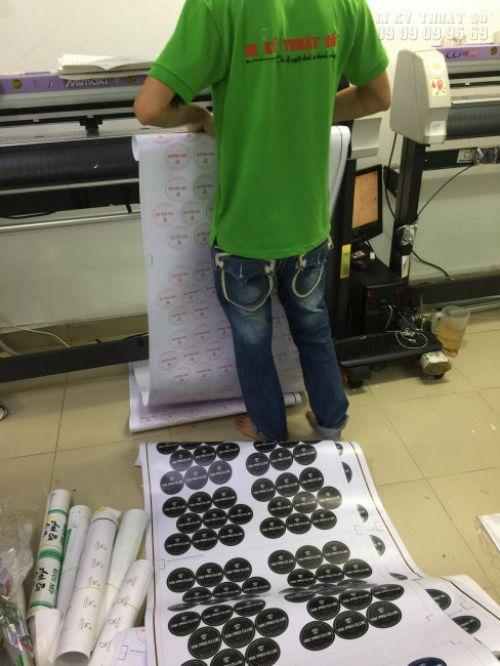 Kỹ thuật viên của In Kỹ Thuật Số gia công bế in tem nhãn trên máy bế Nhật Bản