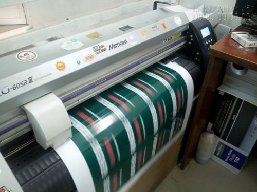 Qua khâu in ấn, gia công cán màng, thì chính là đến bế tem nhãn decal
